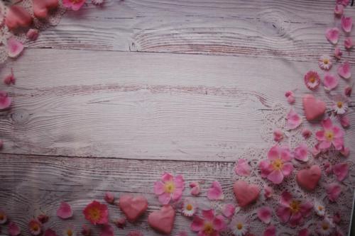 Holz - Rosa mit Herzen & Blüten